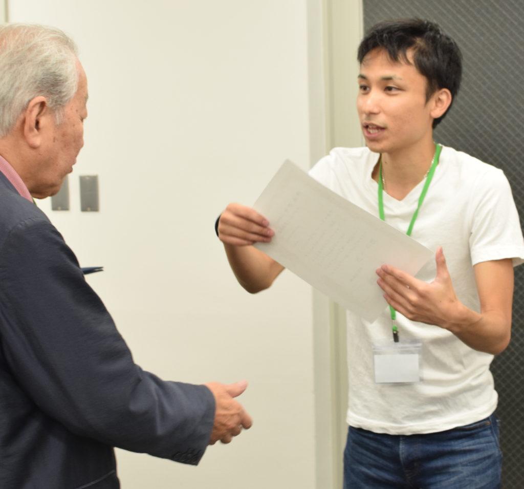 最年長の参加者の方を表彰する代表取締役・中島康恵